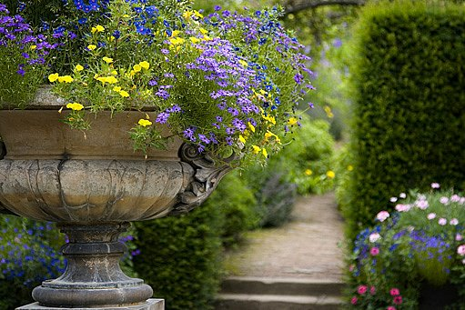 zkrášlování zahrady dobovými květináči