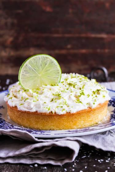 Osvěžující dort můžete potřít i na povrchu.