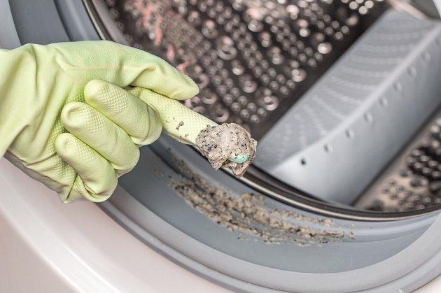 Při čištění pračky bychom neměli zapomínat ani na gumové těsnění.