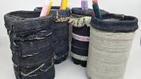 Z nohavic starých džínových kalhot vyrobte zásobníky na tužky a psací potřeby.