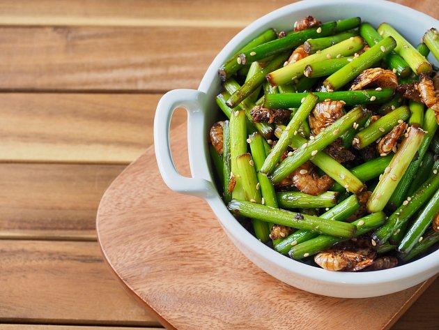 Česnekové stonky jsou skvělé v čínské kuchyni, kde skvěle nahradí bambusové výhonky, nebo mladé fazolky.