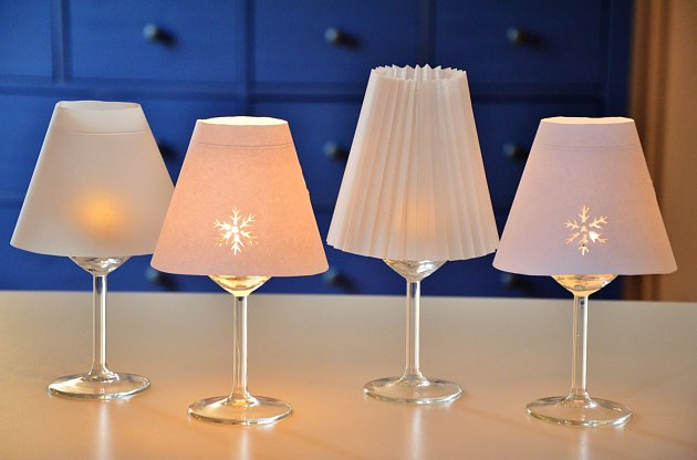Sklenky se stínidly mohou svítit díky klasickým čajovým, nebo led svíčkám