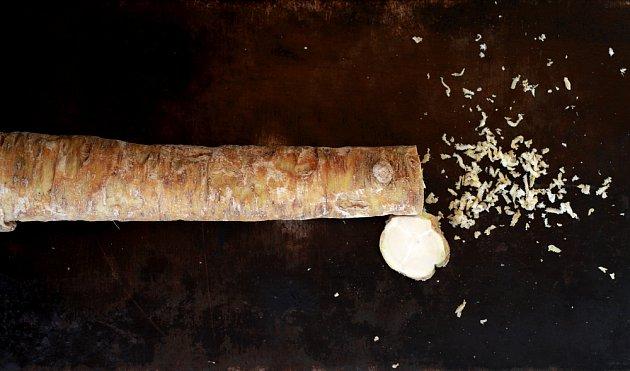 Pro přípravu sirupu stačí křen pokrájet na kolečka, pro ostatní použití jemně nastrouhat