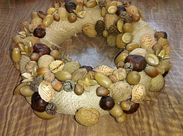 Mezi velké plody přidáváme postupně menší až se ostrůvky z plodů vzájemně propojí