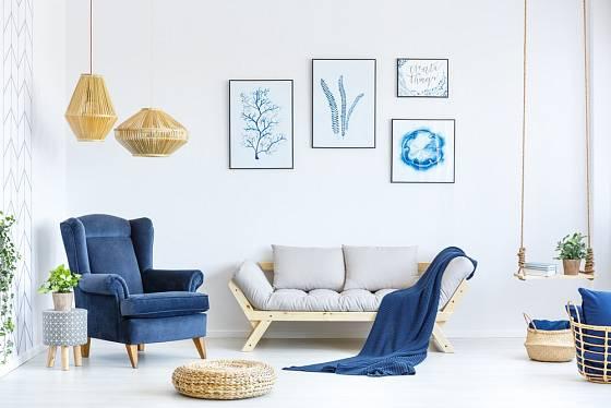 Modré detaily prozáří světlý pokoj