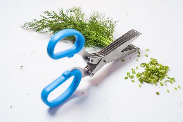 nůžky na bylinky usnadní stříhání na drobné části