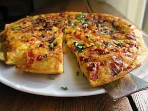 Španělská tortilla patří ke klasickým jídlům španělské kuchyně.