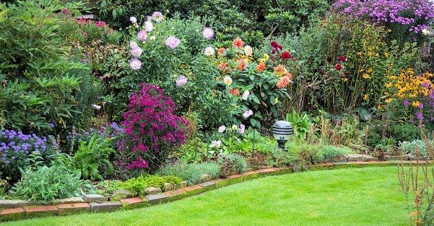 Šikovně nakombinované trvalkové výsadby kvetou až do zimy