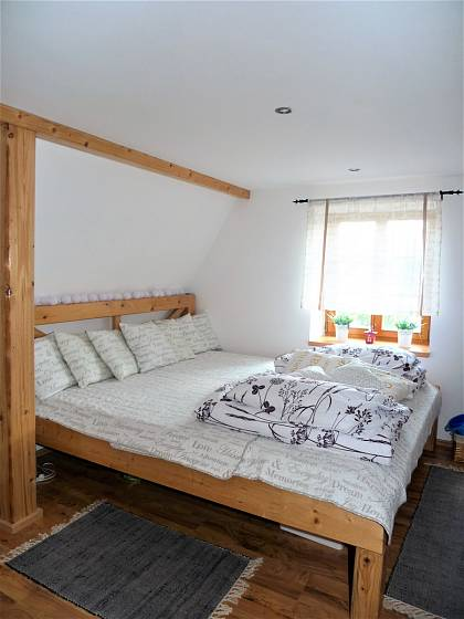 Návštěva na chalupě v Orlických horách: V ložnici převládá kombinace dřevo a bílá