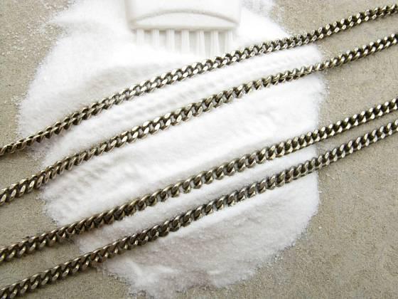 S pomocí jedlé sody můžeme vyčistit i stříbrné předměty.