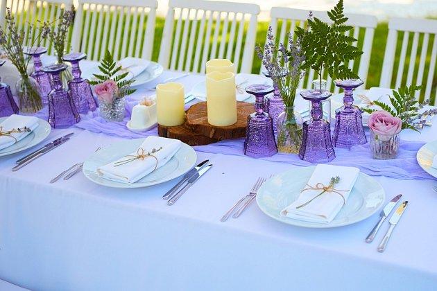Letní stůl zdobený levandulí
