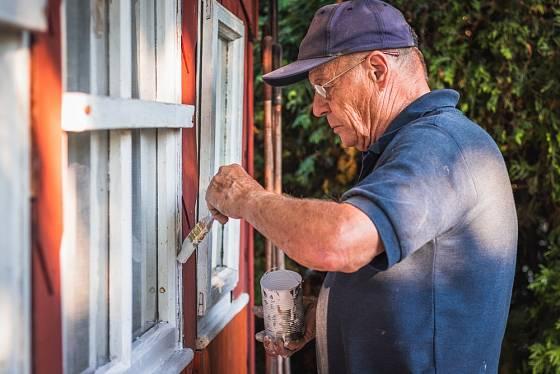 Dřevěné rámy oken vyžadují pravidelnou péči, včetně natírání.