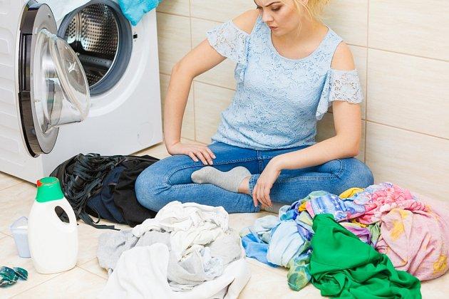 Před praním prádlo roztřídíme podle materiálů a barev.
