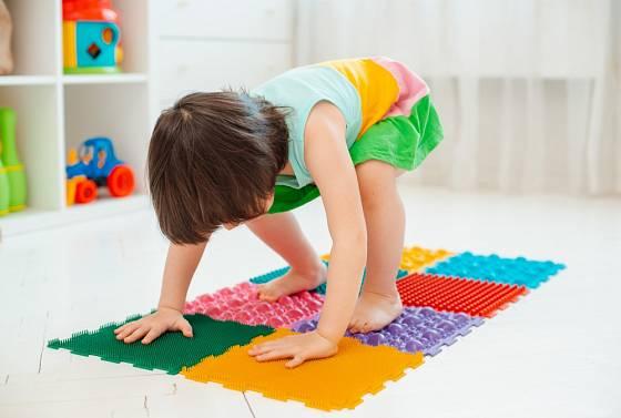 Děti bude masážní koberec bavit