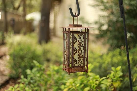 Krásná historická lampa v japonském stylu může i nyní posloužit jako večerní osvětlení zahrady ve vintage stylu.