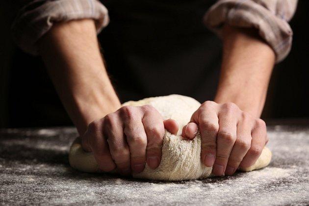 Těsto na chléb roztáhněte do placky