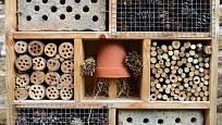 Ten, kdo má na zahradě kousek volného místa, měl by vyrobit nějaký ten domek pro hnízdění a úkryt hmyzu.