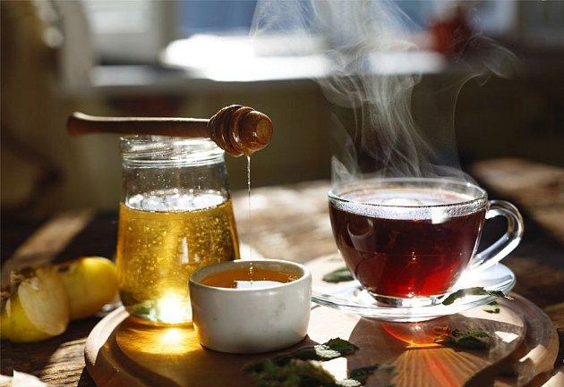 Teplý bylinkový čaj a med, příjemná pomoc při nachlazení