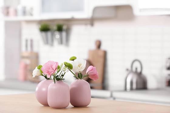 Dekorujte svůj interiér sadou váziček s květinami ve svěžích jarních odstínech.