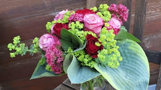 Kytice z růží, , mavuně, kontryhelu a listů bohyšek.