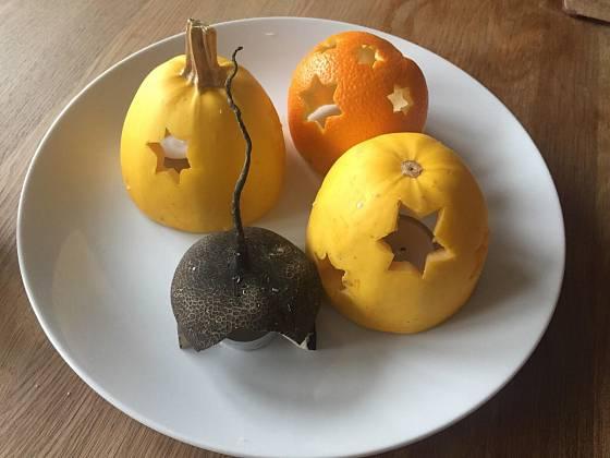 Světýlka zhotovujeme nejen z dýní, ale i z pomerančů.