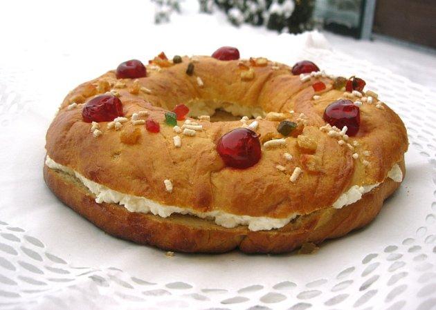 Těsto naplníme krémem, celý dezert připomíná královskou korunu zdobenou drahými kameny.