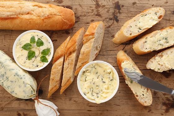 Česnekové máslo chutná skvěle na čerstvé bagetě.