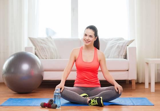 Postačí cvičební podložka a několik pomůcek