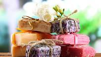 Domácí mýdlo můžeme vyrobit nejen v různých tvarech, ale i barvách.