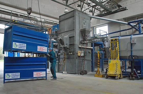 Odpad ze speciálních kontejnerů končí v továrně, kde jej dokáží zpracovat