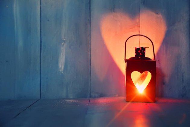 Lucerničky ve tvaru srdce příjemné osvítí romantické prostředí.