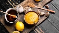 Z medu, citrónu a hořčice vytvoříme vynikající zálivku