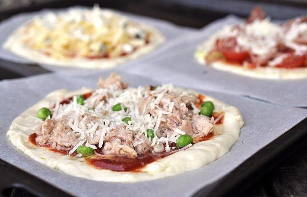 Minipizza: tuňák, cibule, hrášek, parmazán