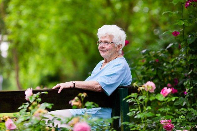 Posezení v zahradě poslouží k relaxaci a odpočinku, protože únava občas přijde na každého, nejen na seniory.