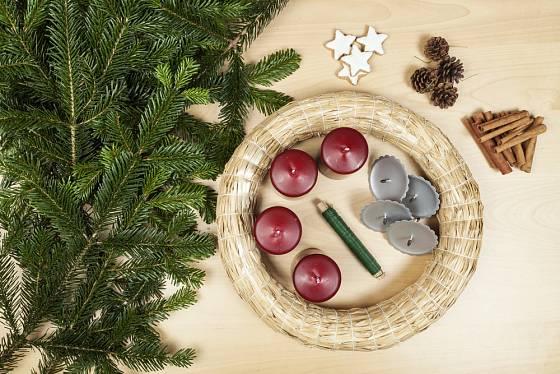 Materiál pro zhotovení adventního věnce koupíme v zahradních centrech či floristických potřebách.