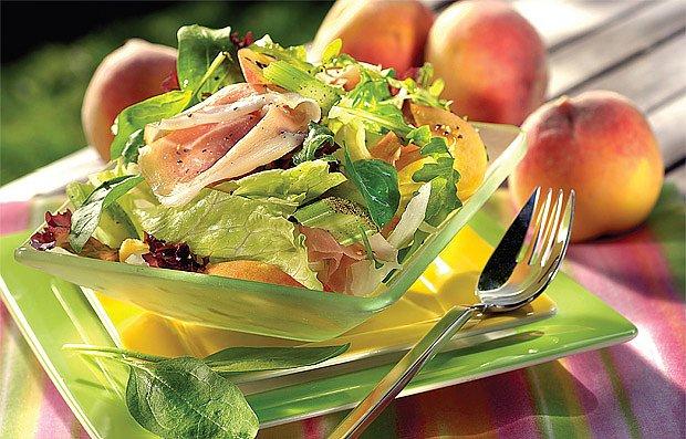 Broskvový salát se šunkou