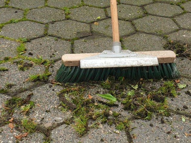 I hrubé, vhodně nastavené koště odstraní mladý plevel