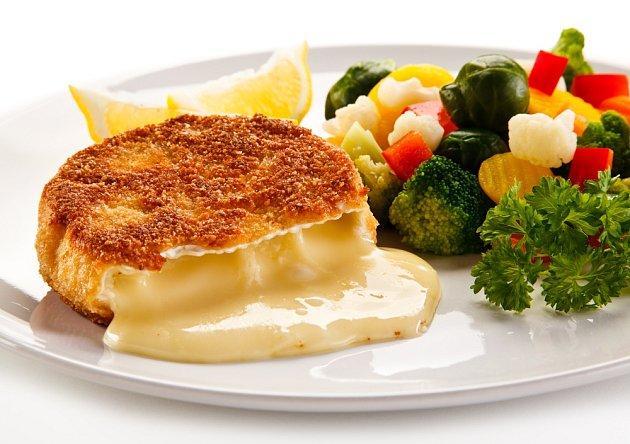 Ke smažení se hodí také camembert či hermelín.