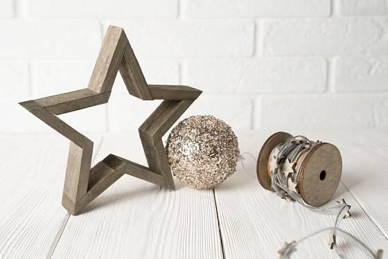 Dřevěné hvězdy se hodí k rustikální vánoční výzdobě.
