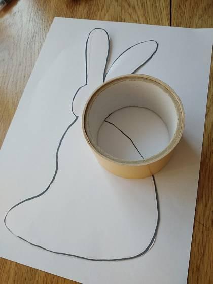 Šablonu připevněte na papír