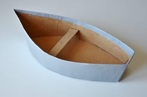 K tělu loďky připevníme ještě plachru
