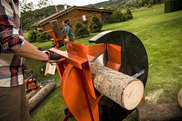 Okružní pila Powersaw LCS 700 si poradí s poleny o průměru až 24 cm.