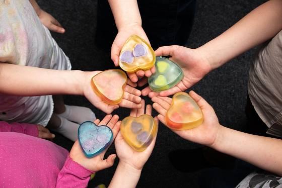 Transparentní mýdlová hmota se zase hodí k zalití různých předmětů.
