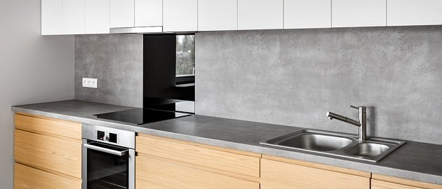 Granitová kuchyňská pracovní deska z přírodního kamene.