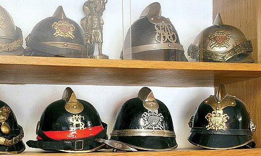 Kovové přilby nahradili ty z vepřové kůže