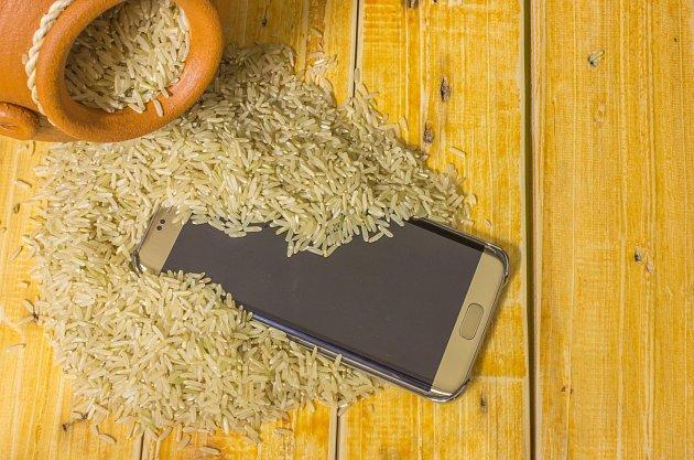 Rýže zbavuje vlhkosti. Pomůže tedy i v případě, kdy si utopíte telefon