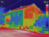 Snímek z termokamery ukazuje, jak velmi se přehřívají silnice.