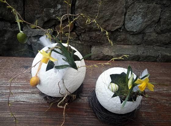 Na závěr vajíčka lehce dozdobíme květinami, vajíčky, senem a zeleně nabarveným sisalem.
