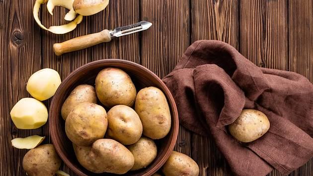 Slupku syrových brambor před vařením loupeme jen u některých receptů.