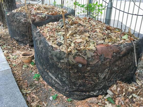 Listí je možné kompostovat zvlášť a vyrobit si listovku, nebo jím vylehčit klasický kompost